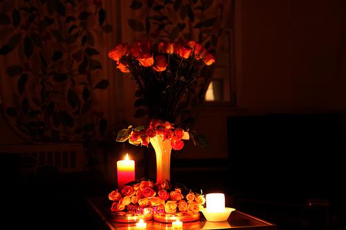 Hoa hồng và ánh nến sẽ giúp bạn ây ấn tượng với cô ấy
