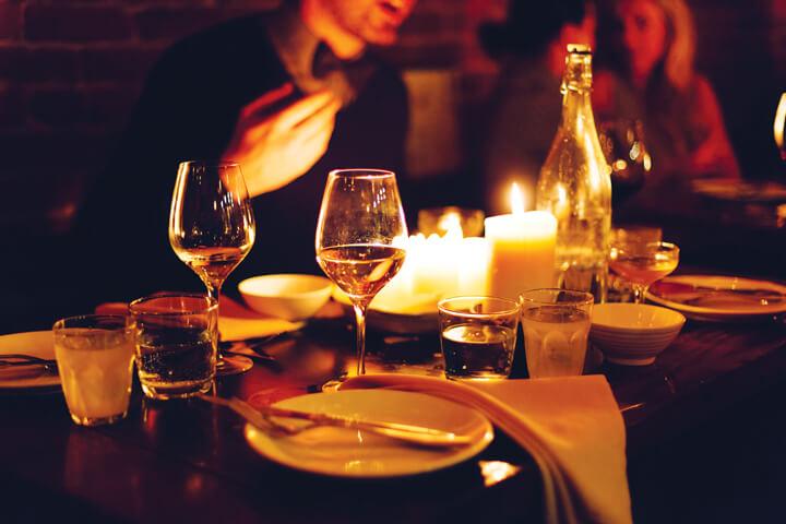 Bữa tối lãng mạn dưới ánh nến