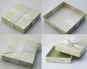 Bước 4: Trang trí hộp quà với ruy băng