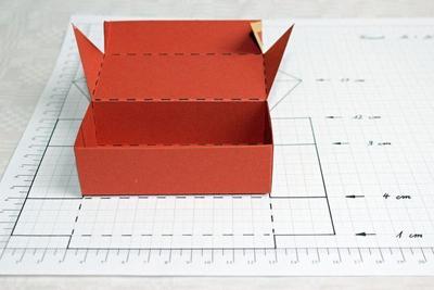 Dán 2 mép số 2,3 với nhau để làm thân hộp