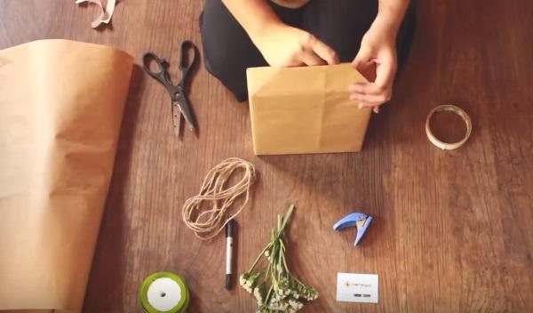 Cách gói quà đơn giản - Bước 3